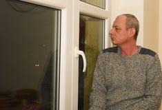 Καταθλιπτική συνεδρίαση ατόμων Μεσαίωνα κοντά στο παράθυρο Στοκ Εικόνα