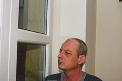 Καταθλιπτική συνεδρίαση ατόμων Μεσαίωνα κοντά στο παράθυρο Στοκ φωτογραφίες με δικαίωμα ελεύθερης χρήσης