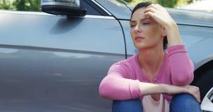 Καταθλιπτική συνεδρίαση γυναικών κοντά στο αυτοκίνητο απόθεμα βίντεο