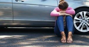 Καταθλιπτική συνεδρίαση γυναικών κοντά στο αυτοκίνητο φιλμ μικρού μήκους