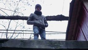 Καταθλιπτικός έφηβος που κοιτάζει κάτω απελπισμένα από την κορυφή της στέγης, αυτοκαταστροφική ώθηση απόθεμα βίντεο