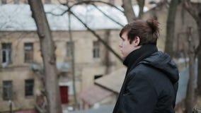Καταθλιπτικός αρσενικός έφηβος που έχει τις λυπημένες σκέψεις, που εξετάζουν τη κάμερα, μοναξιά απόθεμα βίντεο