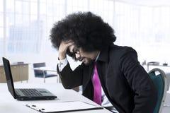 Καταθλιπτικός αρσενικός επιχειρηματίας στο γραφείο Στοκ φωτογραφία με δικαίωμα ελεύθερης χρήσης