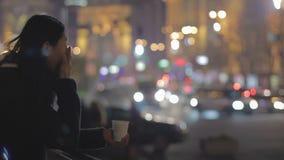 Καταθλιπτικός καφές γυναικείας κατανάλωσης στην οδό, να φωνάξει και σκέψη για τα προβλήματα απόθεμα βίντεο