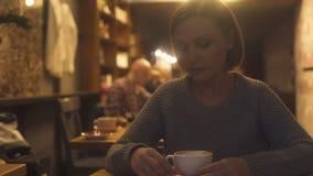 Καταθλιπτικός καφές κατανάλωσης γυναικών στο εστιατόριο, που σκέφτεται για το διαζύγιο, προβλήματα απόθεμα βίντεο