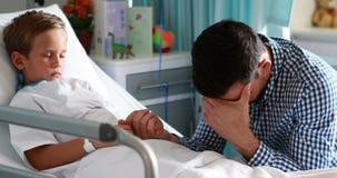 Καταθλιπτικός πατέρας που κρατά το χέρι γιων του φιλμ μικρού μήκους