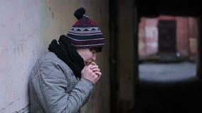 Καταθλιπτικός τύπος που πάσχει από το κρύο και τη μοναξιά στην παράξενη εγκαταλειμμένη θέση φιλμ μικρού μήκους