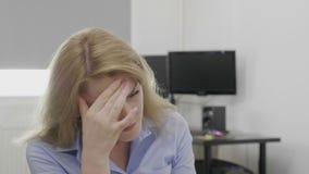 Καταθλιπτικός υπάλληλος που πάσχει από το συναίσθημα πονοκέφαλου που ανατρέπονται και την κούραση στο γραφείο που τρίβει τους ναο φιλμ μικρού μήκους