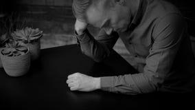 Καταθλιπτικό άτομο που κάθεται στην επιτραπέζια γραπτή έκδοση απόθεμα βίντεο