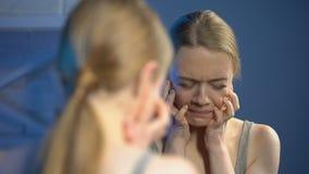 Καταθλιπτικό θηλυκό που φαίνεται δυστυχώς καθρέφτης, δυστυχισμένος με την εμφάνιση, adolscence απόθεμα βίντεο