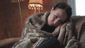 Καταθλιπτικό λυπημένο κεφάλι εκμετάλλευσης γυναικών στα χέρια που κάθονται στην πολυθρόνα στο σπίτι Δραματικό πορτρέτο τρόπου ζωή απόθεμα βίντεο