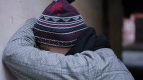 Καταθλιπτικό νέο αρσενικό που κρύβει το λυπημένο πρόσωπο στα χέρια του, που πάσχουν από την απόγνωση απόθεμα βίντεο