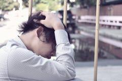 Καταθλιπτικό τονισμένο ασιατικό συναίσθημα επιχειρησιακών ατόμων που εξαντλείται στοκ φωτογραφία