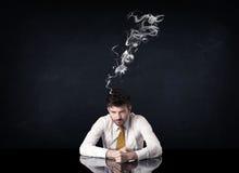 Καταθλιπτικός επιχειρηματίας με το καπνίζοντας κεφάλι Στοκ Εικόνες