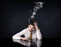 Καταθλιπτικός επιχειρηματίας με το καπνίζοντας κεφάλι Στοκ φωτογραφία με δικαίωμα ελεύθερης χρήσης