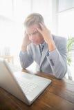 Καταθλιπτικός επιχειρηματίας στο γραφείο του Στοκ Εικόνες