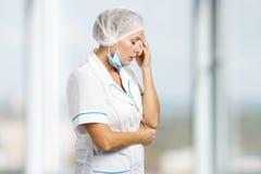 Καταθλιπτικός δυστυχισμένος θηλυκός γιατρός άσπρος-δερμάτων Στοκ Εικόνα