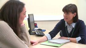Καταθλιπτικό έφηβη που μιλά στο γιατρό στη χειρουργική επέμβαση απόθεμα βίντεο