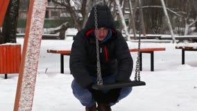 Καταθλιπτικό αγόρι κοντά στην ταλάντευση το χειμώνα απόθεμα βίντεο