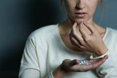 Καταθλιπτικό κορίτσι που παίρνει τα φάρμακα Στοκ φωτογραφία με δικαίωμα ελεύθερης χρήσης