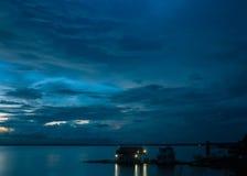 Καταιγίδα ποταμών του Αμαζονίου στο σούρουπο στοκ φωτογραφίες