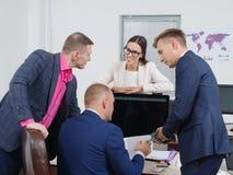 Καταιγισμός ιδεών επιχειρηματιών σε ένα νέο επιχειρησιακό πρόγραμμα Στοκ εικόνα με δικαίωμα ελεύθερης χρήσης