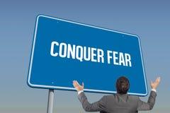 Κατακτήστε το φόβο ενάντια στο μπλε ουρανό στοκ εικόνες