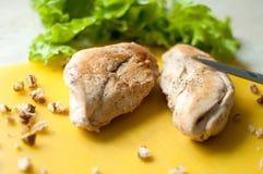 Κατακόκκινα στήθη κοτόπουλου με τη σαλάτα φύλλων και το συντριμμένο ξύλο καρυδιάς στον κίτρινο τέμνοντα πίνακα Στοκ εικόνες με δικαίωμα ελεύθερης χρήσης