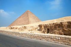Κατακόμβη και πυραμίδα της άποψης Gyza στοκ φωτογραφία