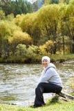 κατακόρυφος ποταμών πανοράματος βουνών 3 εικόνων hdr Δασικό όμορφο κορίτσι φθινοπώρου Στοκ Εικόνες