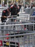 Καταλανικά mossos αστυνομίας αστυνομίας που εξασφαλίζουν την περιοχή στη Βαρκελώνη Στοκ Φωτογραφίες
