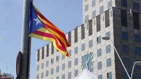 Καταλανική σημαία για την ανεξαρτησία που φυσά στον αέρα στη Βαρκελώνη απόθεμα βίντεο