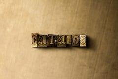ΚΑΤΑΛΟΓΟΣ - κινηματογράφηση σε πρώτο πλάνο της βρώμικης στοιχειοθετημένης τρύγος λέξης στο σκηνικό μετάλλων Στοκ Εικόνες