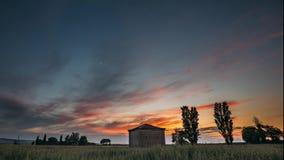 Καταλωνία, Ισπανία Ουρανός ηλιοβασιλέματος άνοιξη επάνω από το ισπανικό τοπίο τομέων σίτου επαρχίας αγροτικό Μόνο αγροτικό κτήριο φιλμ μικρού μήκους