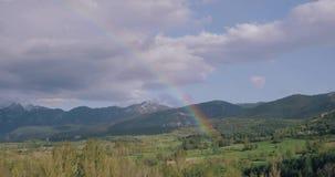Καταλωνία, Ισπανία Τοπίο βουνών των Πυρηναίων με το ουράνιο τόξο επάνω από το δάσος και τους λόφους ανοίξεων φωτεινό ανθίζοντας π απόθεμα βίντεο