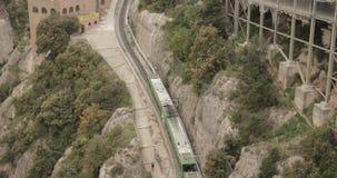 Καταλωνία, Ισπανία Το τραίνο αναχωρεί από το σταθμό Σάντα Μαρία de Μοντσερράτ Benedictine αβαείο στο βουνό του Μοντσερράτ, μέσα απόθεμα βίντεο