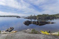 Καταμαράν και καγιάκ τουριστών στην ακτή γρανίτη, Καρελία, Russ Στοκ εικόνες με δικαίωμα ελεύθερης χρήσης