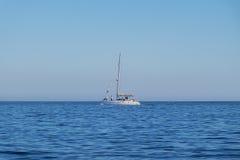 Καταμαράν που πλοηγεί κατά μήκος της ακτής σε Portinho DA Arrabida, Πορτογαλία Στοκ Φωτογραφία