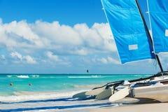 Καταμαράν στην τροπική παραλία, Κούβα, Varadero Στοκ εικόνα με δικαίωμα ελεύθερης χρήσης