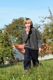 κατανάλωση αγοριών μήλων Στοκ εικόνα με δικαίωμα ελεύθερης χρήσης