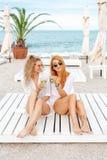 Κατανάλωση δύο η όμορφη κοριτσιών και έχει τη διασκέδαση στοκ φωτογραφία με δικαίωμα ελεύθερης χρήσης
