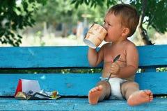 κατανάλωση καφέ σοκολάτας αγορακιών μικρή στοκ φωτογραφίες
