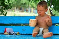 κατανάλωση καφέ σοκολάτας αγορακιών μικρή στοκ φωτογραφία