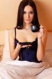 κατανάλωση καφέ brunette προκλη&ta Στοκ Εικόνες