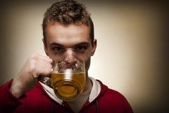 κατανάλωση μπύρας Στοκ Φωτογραφίες