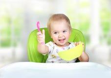 Κατανάλωση παιδιών μωρών Διατροφή παιδιών ` s στοκ φωτογραφία με δικαίωμα ελεύθερης χρήσης