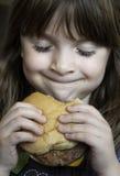 κατανάλωση παιδιών hambuger ευτ&up στοκ εικόνες
