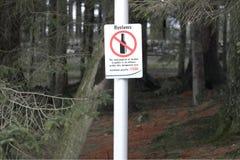 Κατανάλωση ποτού οινοπνεύματος που απαγορεύεται στην ποινική ρήτρα και το πρόστιμο σημαδιών περιοχής επαρχίας ή πόλεων Στοκ Φωτογραφίες