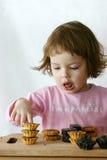 κατανάλωση σοκολάτας κέικ Στοκ Εικόνες