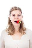 κατανάλωση της αστείας γυναίκας φραουλών στοκ φωτογραφία